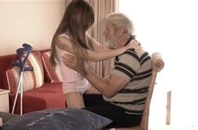 abuelito quiere follar con su nieta